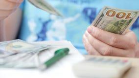 Mężczyzn odliczający dolary i podsadzkowa podatek forma zbiory