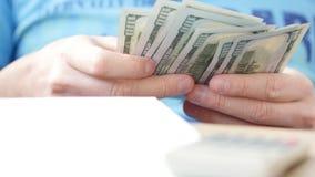Mężczyzn odliczający dolary i podsadzkowa podatek forma zbiory wideo