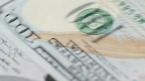 Mężczyzn odliczający dolary i podsadzkowa podatek forma zdjęcie wideo