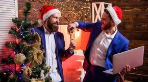 Mężczyzn partnery biznesowi lub kolegi chwyta szampana szkła korporacyjny nowy partyjny rok Ludzie biznesu napoju szampana przy zdjęcia royalty free