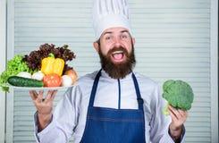 Mężczyzn szczęśliwi przedstawia znakomici warzywa Organicznie kulinarny przepis Mistrzowski szef kuchni używa tylko eco życzliweg obrazy royalty free