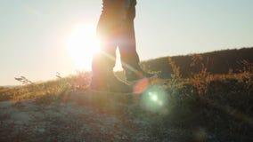 Mężczyzn turystów cieków nóg sneakers chodzący buty wycieczkuje przygoda arywistów zmierzch wspinają się górę zwolnionego tempa w zdjęcie wideo