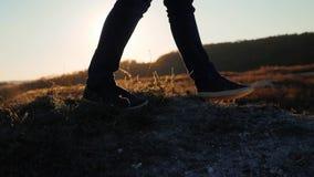 Mężczyzn turystów cieków nóg sneakers chodzący buty wycieczkuje przygoda arywistów zmierzch wspinają się górę zwolnionego tempa w zbiory wideo