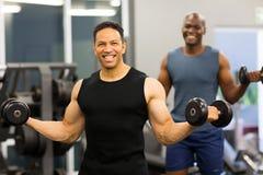 Mężczyzna ćwiczy dumbbells gym zdjęcie royalty free