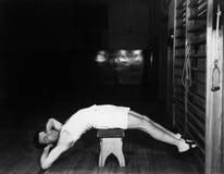 Mężczyzna ćwiczy na ławce (Wszystkie persons przedstawiający no są długiego utrzymania i żadny nieruchomość istnieje Dostawca gwa Zdjęcie Royalty Free