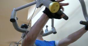 Mężczyzna ćwiczy na klatki piersiowej prasy maszynie zbiory