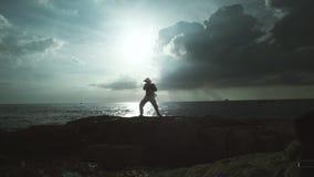 Mężczyzna Ćwiczy Oddychać Ćwiczy Na naturze zdjęcie wideo