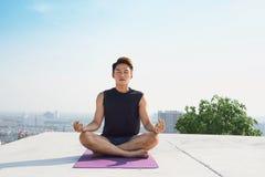 Mężczyzna ćwiczy postępowy joga Serie joga pozy lifestyle obrazy stock