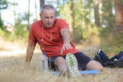 Mężczyzna ćwiczy w parku Zdjęcie Royalty Free