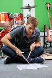 Mężczyzna Ćwiczy Z Drumsticks Podczas gdy Patrzejący zdjęcie stock