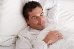 mężczyzna łóżkowy dosypianie obrazy stock
