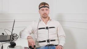 Mężczyzna łączący kłamstwo detektoru obwód zdjęcie wideo