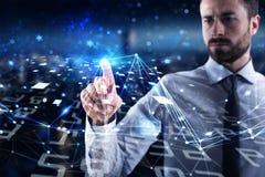 Mężczyzna łączy globalny świat Pojęcie interconnection, internet i sieć, obraz stock