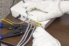 Mężczyzna łączy sieć kabel modem, zakończenie obrazy royalty free