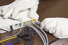 Mężczyzna łączy sieć kabel modem, zakończenie modem fotografia royalty free
