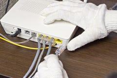 Mężczyzna łączy sieć kabel modem, zakończenie sieć obraz royalty free