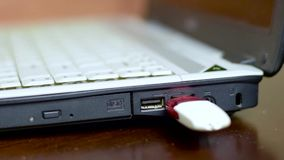 Mężczyzna łączy USB błysku przejażdżkę laptop zbiory wideo