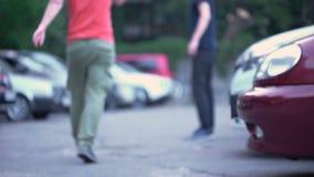 Mężczyzna łajania palacz na ulicie dla opuszczającego papierosu pączka, społeczeństwo kontrolny śmieci zbiory
