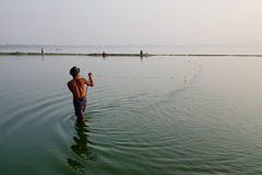 Mężczyzna łapania ryba na jeziorze w Mandalay, Myanmar Zdjęcia Royalty Free