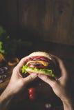 Mężczyzna łasowania cheeseburger Obraz Stock