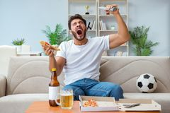 Mężczyzna łasowania pizza ma takeaway relaksuje odpoczywać w domu Zdjęcie Stock