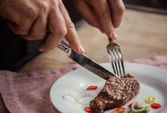Mężczyzna łasowania stek Zdjęcie Stock