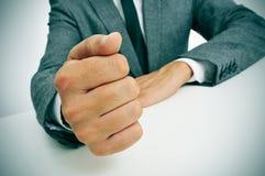 Mężczyzna łomota jego pięść na biurku w kostiumu Obrazy Stock