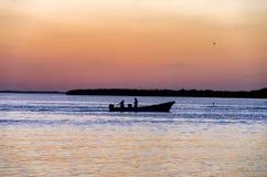 Mężczyzna łowi przy zmierzchem w Rio Lagartos zdjęcie royalty free