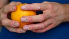 Mężczyzna łuszczycę Alergia cytrus - ręce do góry zdjęcie wideo