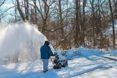 Mężczyzna śnieżny dmuchanie jego podjazd fotografia royalty free