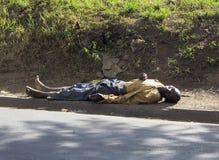 Bezdomny mężczyzna Śpi na ulicie obrazy stock
