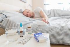 Mężczyzna śpi rekonwalescencja od choroby zdjęcia royalty free