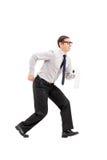 Mężczyzna śpieszy się łazienka z papierem toaletowym Zdjęcia Royalty Free