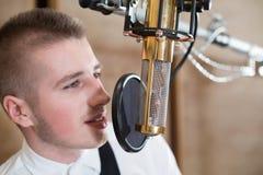 Mężczyzna śpiew z mikrofonem Zdjęcia Royalty Free