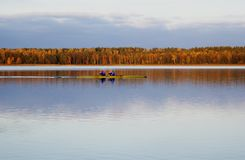 Mężczyzna żegluje w jeziorze Obraz Royalty Free