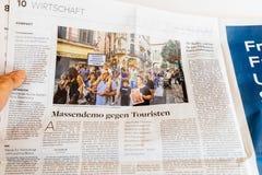 Mężczyzna abour czytelniczy gazetowy protest w Palmie de Mallorca Zdjęcia Stock