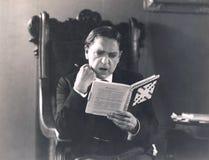 Mężczyzna absorbujący w crossword łamigłówce Fotografia Royalty Free