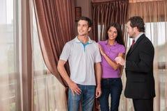 Mężczyzna agenta nieruchomości seansu pary nowy dom Zdjęcia Royalty Free