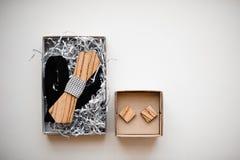 Mężczyzna akcesoria Elegancki i elegancki drewniany łęku krawat i cufflinks układaliśmy w kartonu pudełkach na białym tle Obraz Stock
