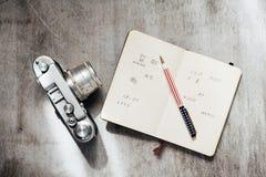 Mężczyzna akcesoria, odgórny widok na drewnianego tła kamery notatnika Retro piórze Zdjęcia Stock