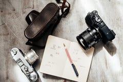 Mężczyzna akcesoria, odgórny widok na drewnianego tła kamery notatnika Retro piórze Fotografia Royalty Free