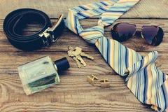 Mężczyzna akcesoria: okulary przeciwsłoneczni, krawat, cufflinks, patka, klucze, pachnidło fotografia royalty free