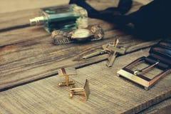 Mężczyzna akcesoria: wristwatch, cufflinks, patka, klucze, krawat, pachnidło fotografia stock