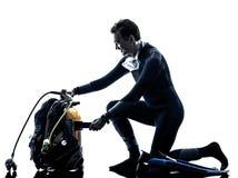 Mężczyzna akwalungu nurka nurkowa sylwetka odizolowywająca Zdjęcia Royalty Free