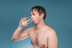 Mężczyzna alkoholiczny ranek po napojów nawadnia fotografia stock