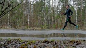 Mężczyzna atlet biegacze biegający w kierunku each inny swobodny ruch zdjęcie wideo