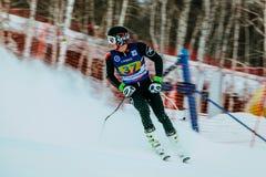 Mężczyzna atleta po koniec kiści śnieg podczas Rosyjskiej filiżanki w wysokogórskim narciarstwie obrazy stock