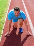 Mężczyzna atleta skupiał się na bieg rasie przygotowywającej iść Biegacz atlety początku skoncentrowana niska pozycja Biegacz bra fotografia royalty free