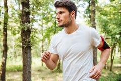 Mężczyzna atlety bieg w lesie Zdjęcia Stock