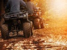 Mężczyzna atv jeździecki pojazd z na droga śladzie, zaludnia plenerowego sport a obraz stock